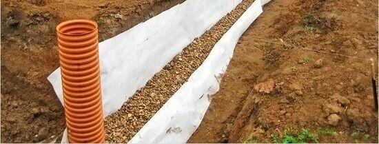 Etapy budowy płyty fundamentowej, krok po kroku - drenaż opaskowy
